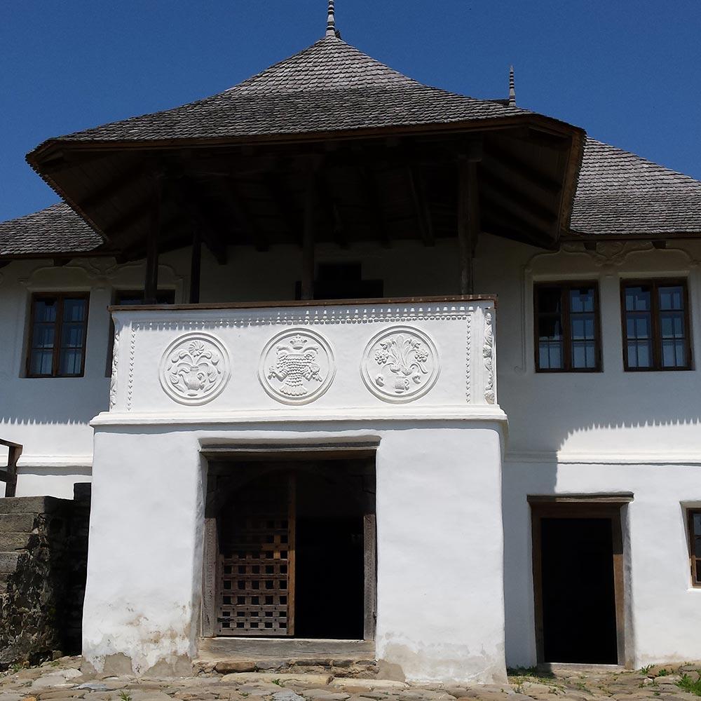 Casa Cu Blazoane din comuna Chiojdu. Casa de pe bancnota de 10 lei.